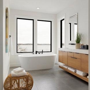 Mittelgroßes Modernes Badezimmer En Suite mit flächenbündigen Schrankfronten, beigen Schränken, freistehender Badewanne, bodengleicher Dusche, Toilette mit Aufsatzspülkasten, weißer Wandfarbe, Zementfliesen, Unterbauwaschbecken, Marmor-Waschbecken/Waschtisch, grauem Boden, offener Dusche, weißer Waschtischplatte, WC-Raum, Doppelwaschbecken und schwebendem Waschtisch in Minneapolis
