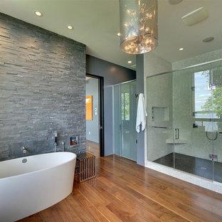 Источник вдохновения для домашнего уюта: ванная комната в современном стиле с отдельно стоящей ванной и плиткой из сланца