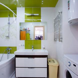 Ispirazione per una piccola stanza da bagno padronale design con lavabo a consolle, consolle stile comò, ante bianche, vasca ad angolo, vasca/doccia, piastrelle verdi, piastrelle in ceramica, pareti bianche e pavimento con piastrelle in ceramica