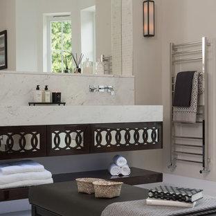 Klassisches Badezimmer mit beiger Wandfarbe, Marmorboden und Wandwaschbecken in London