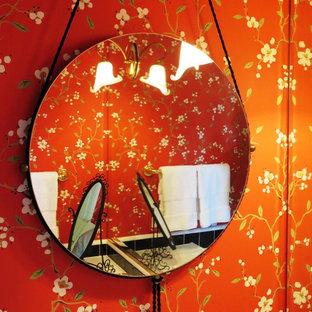Стильный дизайн: ванная комната среднего размера в стиле модернизм с плоскими фасадами, светлыми деревянными фасадами, ванной в нише, душем над ванной, раздельным унитазом, черно-белой плиткой, стеклянной плиткой, красными стенами, полом из керамогранита, душевой кабиной, накладной раковиной и столешницей из плитки - последний тренд