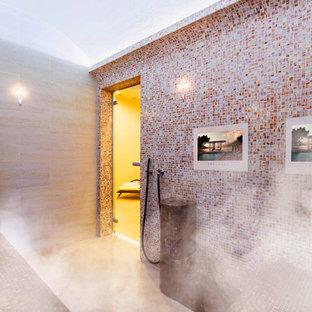 Esempio di una sauna moderna di medie dimensioni con nessun'anta, ante marroni, vasca giapponese, vasca/doccia, WC sospeso, piastrelle gialle, piastrelle in ceramica, pareti bianche, pavimento in compensato, lavabo integrato, top in vetro, pavimento giallo e porta doccia a battente
