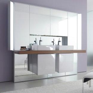 Immagine di una grande stanza da bagno padronale contemporanea con ante di vetro, top in legno, piastrelle a specchio, pareti viola e pavimento con piastrelle in ceramica