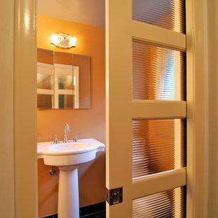 Idéer för små funkis en-suite badrum, med ett piedestal handfat, svart kakel, orange väggar och skiffergolv