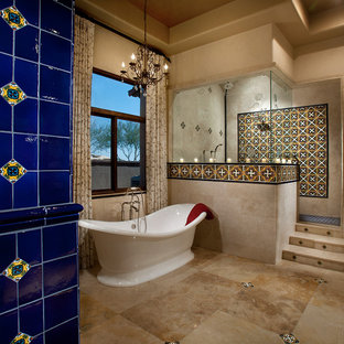 Immagine di una grande stanza da bagno padronale mediterranea con vasca freestanding, doccia ad angolo, piastrelle multicolore, piastrelle in ceramica, pareti beige e pavimento in travertino