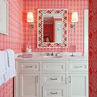 Idéer för att renovera ett mellanstort badrum med dusch, med ett nedsänkt handfat, vita skåp, marmorbänkskiva, röda väggar och mosaikgolv