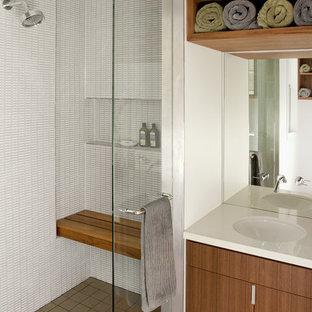 Ejemplo de cuarto de baño moderno con lavabo bajoencimera, armarios con paneles lisos, puertas de armario de madera oscura, ducha empotrada y baldosas y/o azulejos blancos