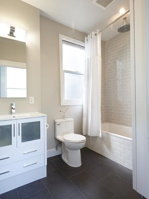 Salle de bain avec un placard porte vitr e et un - Porte de placard salle de bain ...