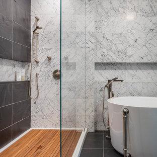 Idee per una stanza da bagno chic di medie dimensioni con ante lisce, ante in legno scuro, vasca giapponese, doccia aperta, WC a due pezzi, piastrelle nere, piastrelle in pietra, pareti blu, pavimento in ardesia, lavabo a bacinella e top in marmo