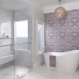 Immagine di una grande stanza da bagno padronale minimal con ante bianche, vasca freestanding, piastrelle grigie, pareti viola, doccia ad angolo, piastrelle di marmo, pavimento in marmo, pavimento verde e porta doccia scorrevole