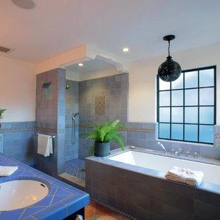 Inspiration för stora klassiska en-suite badrum, med ett platsbyggt badkar, en dusch i en alkov, blå kakel, keramikplattor, vita väggar, klinkergolv i terrakotta, ett undermonterad handfat, kaklad bänkskiva, skåp i mörkt trä, luckor med infälld panel och en toalettstol med hel cisternkåpa