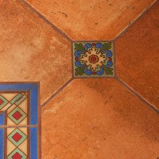 Foto di una grande stanza da bagno padronale chic con ante con riquadro incassato, ante in legno bruno, vasca da incasso, doccia alcova, WC monopezzo, piastrelle blu, piastrelle in ceramica, pareti bianche, pavimento in terracotta, lavabo sottopiano e top piastrellato