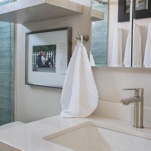 Источник вдохновения для домашнего уюта: маленькая ванная комната в стиле неоклассика (современная классика) с фасадами в стиле шейкер, белыми фасадами, накладной ванной, душем над ванной, унитазом-моноблоком, серой плиткой, плиткой кабанчик, белыми стенами, полом из ламината, душевой кабиной, врезной раковиной, столешницей из искусственного кварца, коричневым полом, душем с раздвижными дверями, зеленой столешницей, тумбой под одну раковину и встроенной тумбой
