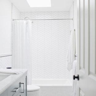 Ejemplo de cuarto de baño con ducha, clásico renovado, de tamaño medio, con armarios tipo mueble, puertas de armario azules, bañera empotrada, combinación de ducha y bañera, sanitario de una pieza, baldosas y/o azulejos blancos, baldosas y/o azulejos de porcelana, paredes blancas, suelo de baldosas de porcelana, lavabo bajoencimera, encimera de mármol, suelo multicolor, ducha con cortina y encimeras blancas