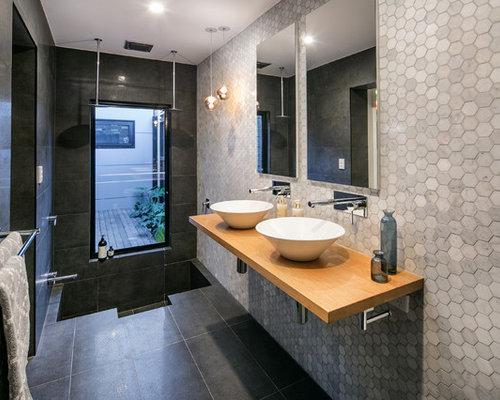 Salle de bain avec un plan vasque et un placard porte - Porte de placard salle de bain ...