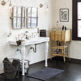 Klassisk inredning av ett stort en-suite badrum, med möbel-liknande, skåp i slitet trä, vita väggar och ett konsol handfat
