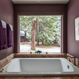 Ispirazione per una stanza da bagno padronale di medie dimensioni con piastrelle bianche, pareti viola, top in marmo e top viola