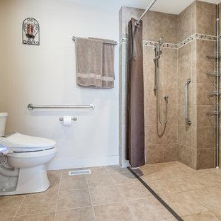 Esempio di una stanza da bagno padronale tradizionale di medie dimensioni con doccia a filo pavimento, WC monopezzo, piastrelle beige, pareti bianche, doccia con tenda, ante a persiana, ante bianche, piastrelle in gres porcellanato, pavimento in gres porcellanato e lavabo integrato