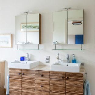 Неиссякаемый источник вдохновения для домашнего уюта: ванная комната с плоскими фасадами, фасадами цвета дерева среднего тона, столешницей из ламината, двойным душем, унитазом-моноблоком и бежевыми стенами
