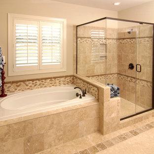 Foto di una stanza da bagno padronale chic di medie dimensioni con vasca da incasso, doccia ad angolo, pareti beige, pavimento con piastrelle in ceramica, pavimento beige e porta doccia a battente