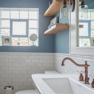 Idéer för att renovera ett mellanstort amerikanskt badrum för barn, med skåp i shakerstil, vita skåp, ett badkar i en alkov, en dusch/badkar-kombination, en toalettstol med separat cisternkåpa, vit kakel, tunnelbanekakel, blå väggar, klinkergolv i keramik, ett piedestal handfat, vitt golv och dusch med duschdraperi