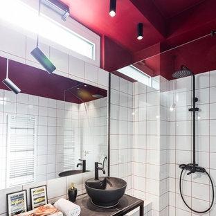 Inspiration för ett funkis grå grått badrum, med keramikplattor, röda väggar, kaklad bänkskiva och grått golv