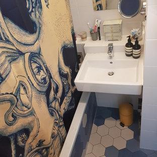 Modelo de cuarto de baño con ducha, moderno, pequeño, con bañera encastrada, combinación de ducha y bañera, baldosas y/o azulejos multicolor, baldosas y/o azulejos de piedra, paredes blancas, suelo con mosaicos de baldosas, lavabo suspendido, suelo azul y ducha con cortina