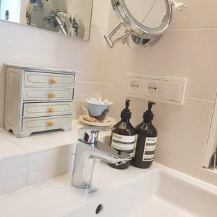 Foto de cuarto de baño con ducha, minimalista, pequeño, con bañera encastrada, combinación de ducha y bañera, baldosas y/o azulejos multicolor, baldosas y/o azulejos de piedra, paredes blancas, suelo con mosaicos de baldosas, lavabo suspendido, suelo azul y ducha con cortina