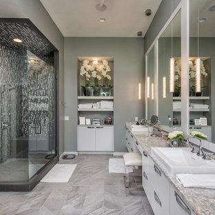 Ispirazione per una stanza da bagno padronale design con ante bianche, ante lisce, piastrelle multicolore, piastrelle a listelli, pareti grigie, pavimento grigio e porta doccia a battente