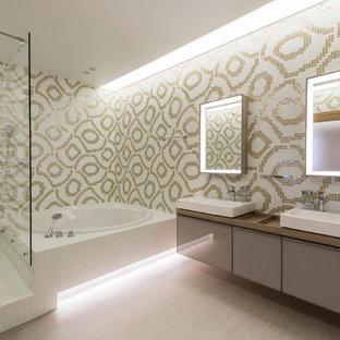 Foto de cuarto de baño principal, contemporáneo, grande, con armarios con paneles lisos, puertas de armario grises, bañera esquinera, ducha empotrada y ducha abierta