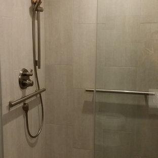 Ispirazione per una piccola stanza da bagno padronale etnica con lavabo integrato, ante lisce, ante in legno bruno, doccia alcova, piastrelle bianche, piastrelle di vetro, pareti grigie e pavimento in marmo