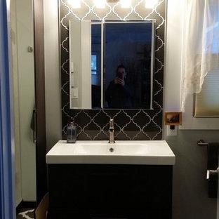 Immagine di una piccola stanza da bagno padronale etnica con lavabo integrato, ante lisce, ante in legno bruno, doccia alcova, piastrelle grigie, piastrelle di vetro, pareti grigie e pavimento in gres porcellanato