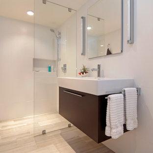 ポートランドの小さいモダンスタイルのおしゃれなバスルーム (浴槽なし) (横長型シンク、フラットパネル扉のキャビネット、濃色木目調キャビネット、白いタイル、磁器タイル、白い壁、トラバーチンの床、段差なし) の写真