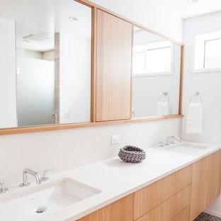 ポートランドの中サイズのモダンスタイルのおしゃれな子供用バスルーム (白い壁、アンダーカウンター洗面器、フラットパネル扉のキャビネット、淡色木目調キャビネット、クオーツストーンの洗面台) の写真
