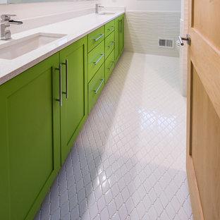 デトロイトの中サイズのモダンスタイルのおしゃれなマスターバスルーム (シェーカースタイル扉のキャビネット、緑のキャビネット、白い壁、セラミックタイルの床、アンダーカウンター洗面器、珪岩の洗面台、白い床) の写真