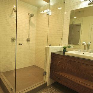 Esempio di una stanza da bagno padronale minimal di medie dimensioni con lavabo da incasso, ante lisce, ante in legno scuro, doccia ad angolo, WC monopezzo, piastrelle bianche, piastrelle in ceramica, pareti bianche e pavimento in cemento