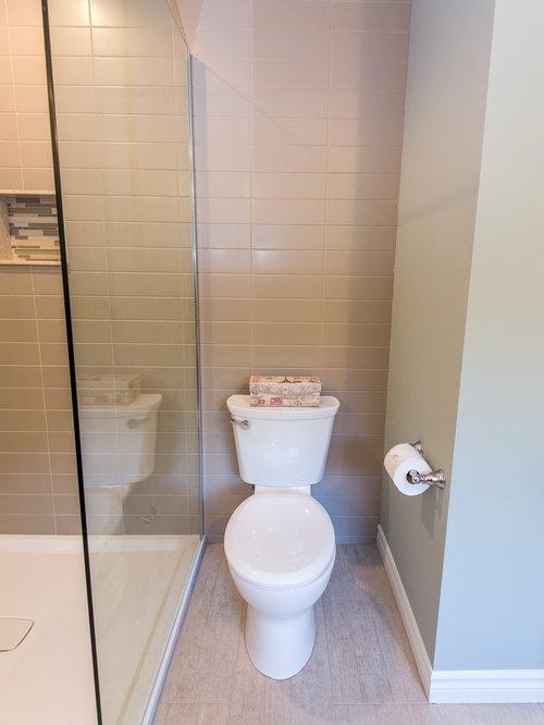 Salle de bain avec une baignoire d 39 angle et un placard for Placard d angle salle de bain