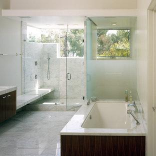 Idées déco pour une douche en alcôve moderne avec un lavabo encastré, un placard à porte plane, des portes de placard en bois sombre, une baignoire encastrée, un carrelage blanc et un banc de douche.