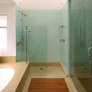Imagen de cuarto de baño minimalista con bañera encastrada sin remate, ducha empotrada, baldosas y/o azulejos azules y baldosas y/o azulejos de vidrio laminado