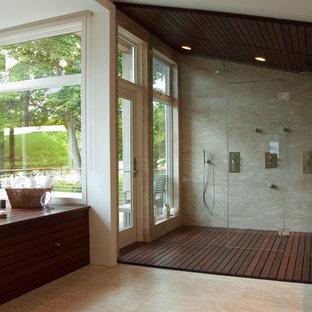 Idee per una grande stanza da bagno padronale minimalista con ante in legno bruno, vasca ad alcova, doccia alcova, piastrelle beige, pareti beige, pavimento con piastrelle in ceramica e lavabo a bacinella