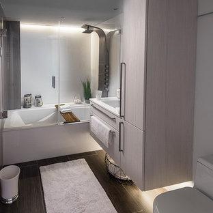 Ejemplo de cuarto de baño principal, moderno, pequeño, con armarios con paneles lisos, puertas de armario grises, bañera encastrada, combinación de ducha y bañera, sanitario de una pieza, baldosas y/o azulejos blancos, losas de piedra, paredes blancas, suelo de pizarra, lavabo tipo consola y encimera de cuarcita