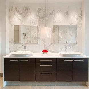 Esempio di una stanza da bagno minimalista con lavabo a bacinella e top bianco