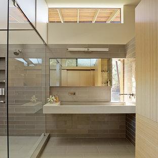 Immagine di una stanza da bagno con doccia moderna con piastrelle marroni, pareti beige, lavabo rettangolare, pavimento marrone e top beige
