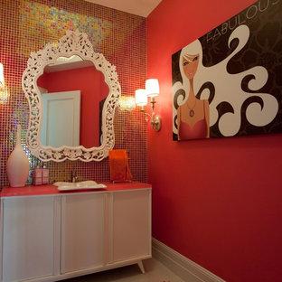 Idéer för ett modernt badrum, med ett fristående handfat, släta luckor, vita skåp, röd kakel och mosaik