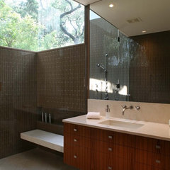 modern bathroom by Dick Clark Architecture