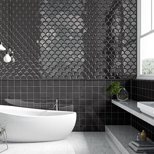 Idee per un'ampia stanza da bagno padronale moderna con lavabo integrato, nessun'anta, ante bianche, top in marmo, piastrelle nere, piastrelle in ceramica, pareti nere, pavimento in marmo e vasca freestanding