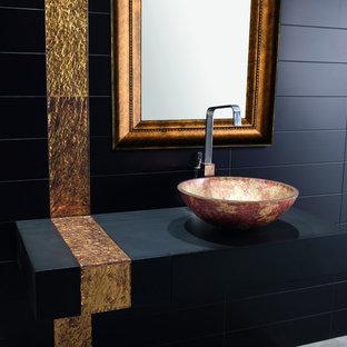 Geräumiges Modernes Badezimmer En Suite mit Wandwaschbecken, offenen Schränken, schwarzen Schränken, schwarzen Fliesen, Porzellanfliesen, schwarzer Wandfarbe und Porzellan-Bodenfliesen in Los Angeles