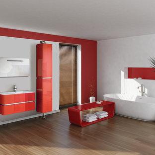 Ejemplo de cuarto de baño principal, minimalista, grande, con puertas de armario rojas, lavabo integrado, armarios con paneles lisos, bañera exenta, paredes blancas, encimeras blancas, baldosas y/o azulejos blancos, suelo de contrachapado, suelo marrón y ducha abierta