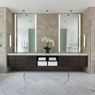 Foto di una grande stanza da bagno padronale moderna con ante lisce, ante in legno chiaro, vasca freestanding, zona vasca/doccia separata, WC sospeso, piastrelle beige, piastrelle di cemento, pareti beige, lavabo sottopiano, top in granito e pavimento in marmo