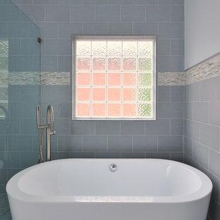 Ejemplo de cuarto de baño moderno con bañera exenta